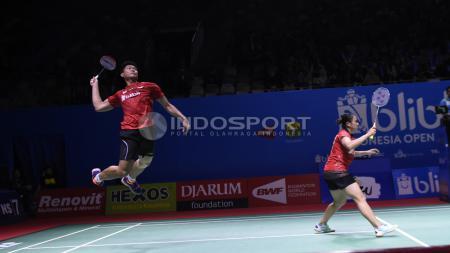 Ganda Campuran Indonesia, Praveen/Oktavianti saat melawan pasangan Hongkong, Lee/Chou pada babak pertama Indonesia Open 2018 di Istora Senayan, Jakarta. - INDOSPORT