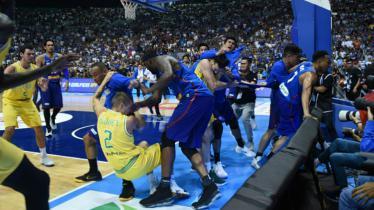 Laga basket Filipina vs Australia di Kualifikasi FIBA 2019 dinodai dengan kericuhan. - INDOSPORT