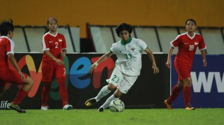 Rani Mulyasari berusaha melewati kawalan beberapa pemain Singapura - INDOSPORT