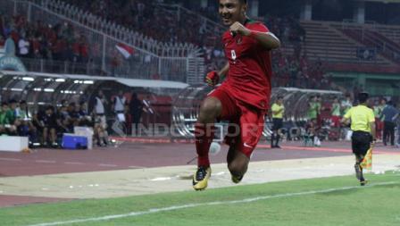 Rafli Mursalim terbang tinggi setelah mencetak gol ke gawang Singapura pada menit-21.