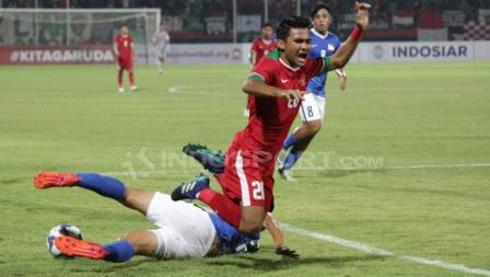 Pemain Singapura U-19 mengambil bola dari Asnawi Mangkualam.