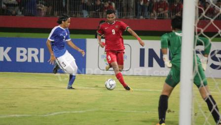 Rafli Mursalim berhasil melewati pemain Singapura U-19 dengan tekniknya.