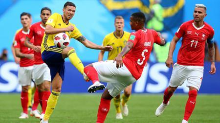 Haris Seferovic (kanan) berusaha mengambil bola dari Manuel Akanji. - INDOSPORT