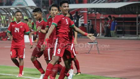 Rafli Mursalim merayakan gol bersama rekan satu timnya.