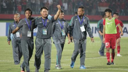 Staff pelatih dan official melakukan selebrasi usai laga.