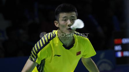Tunggal putra China, Chen Long saat menatap kok yang mengarah kepadanya saat melawan tunggal putra asal Prancis, Brice Leverdez pada babak 32 besar Blibli Indonesia Open 2018 di Istora Senayan, Selasa (03/07/18).