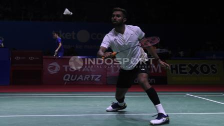 Tunggal putra India, Prannoy H. S mencoba mengembalikan kok ke arah lawannya tunggal Tiongkok, Lin Dan pada babak 32 besar Blibli Indonesia Open 2018 di Istora Senayan, Selasa (03/07/18).