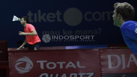 Tunggal putra asal Prancis, Brice Leverdez menatap bola kok yang mengarah kepadanya saat melawan tunggal Tiongkok, Chen Long pada babak 32 besar Blibli Indonesia Open 2018 di Istora Senayan, Selasa (03/07/18).