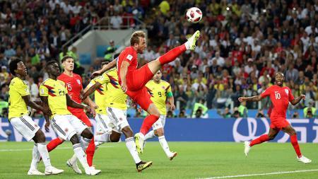Harry Kane berusaha menggapai bola di depan gawang Kolombia. - INDOSPORT