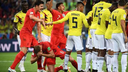 Jordan Henderson terjatuh usai dilanggar Wílmar Barrios saat Kolombia vs Inggris di Piala Dunia 2018. - INDOSPORT
