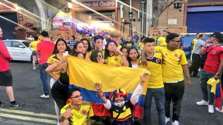 Penggemar Kolombia memenuhi kota London. - INDOSPORT