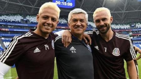 Dua pemain timnas Meksiko, Javier Hernandez (kiri) dan Miguel Layun mengapit asisten pelatih Humberto Sierra dengan rambut pirang jelang laga kontra Brasil. - INDOSPORT