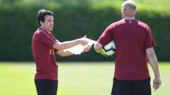 Indosport - Unai Emery tengah berdiskusi dengan Steve Bould.