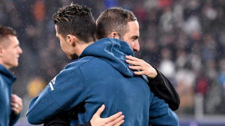 Ronaldo dan Higuain berpelukan di laga Real Madrid vs Juventus. - INDOSPORT