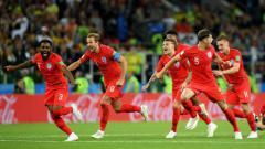 Indosport - Para pemain Inggris gembira menang penalti lawan Kolombia.