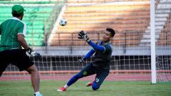 Indosport - Miswar tengah fokus memperhatikan arahan pelatih kiper.