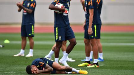 Neymar melakukan diving pada saat latihan bersama Timnas Brasil - INDOSPORT