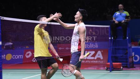 Anthony Ginting (kiri) ketika bertanding melawan Kento Momota di Indonesia Open 2018, Kamis (05/07/18). Herry Ibrahim/INDOSPORT