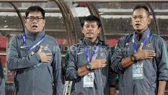 Indosport - Indra Sjafri dan asisten pelatih khidmat menyanyikan Indonesia Raya.