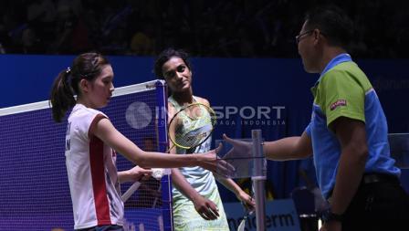 Tunggal putri India, P. V Sindhu (tengah) tersenyum memandang tunggal putri Jepang, Aya Ohori usai pertandingan.