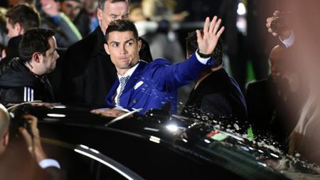 Cristiano Ronaldo melambaikan tangan. - INDOSPORT