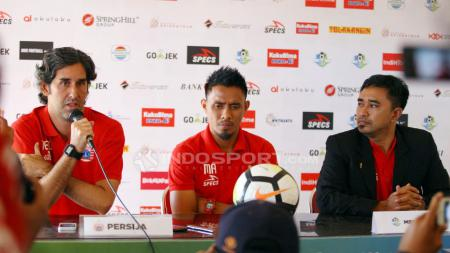 Maman Abdurahman dan Stefano Cugurra Teco dalam sesi konferensi pers jelang laga melawan PSM Makassar, di Bantul, Yogyakarta, pada Kamis (05/07/18). - INDOSPORT
