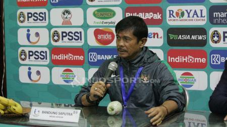 Indra Sjafri memberikan keterangan tentang kondisi Sadil. Kamis (5/7/18). - INDOSPORT