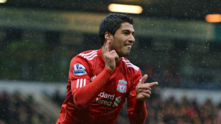 Saat masih berseragam Liverpool, Luis Suarez hampir termakan rayuan pindah ke Arsenal jika tidak dibujuk Jamie Carragher dan Steven Gerrard. - INDOSPORT