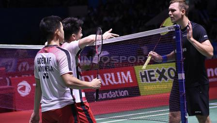 Kevin Sanjaya menanyakan sikap Mads Conrad yang meminta Challenge pada babak perempat final Blibli Indonesia Open 2018 di Istora Senayan, Jumat (06/07/18).  Padahal menurut Kevin bola tersebut telah masuk.