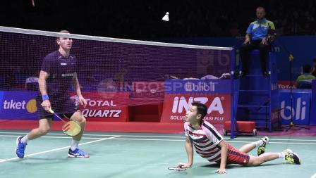 Duel antara Marcus Fernaldi dengan Mads Pieler Kolding di depan net pada babak perempat final Blibli Indonesia Open 2018 di Istora Senayan, Jumat (06/07/18).