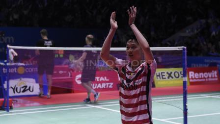 Penghormatan Kevin Sanjaya kepada para penonton yang hadir usai mengalahkan pasangan Denmark, Mads Conrad Petersen/Mads Pieler Kolding pada babak perempat final Blibli Indonesia Open 2018 di Istora Senayan, Jumat (06/07/18).
