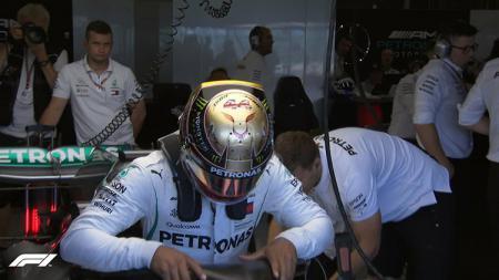 Helm emas Lewis Hamilton - INDOSPORT