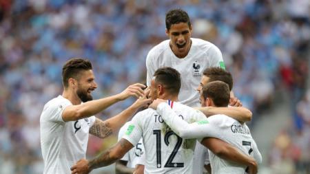 Para pemain Prancis berselebrasi setelah gol kedua dari Griezmann di laga perempatfinal Piala Dunia 2018 antara Uruguay dan Prancis. - INDOSPORT