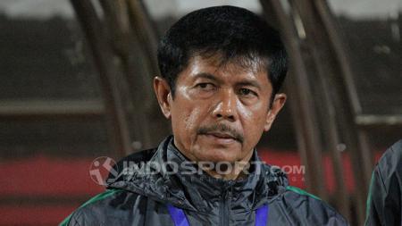 Indra Sjafri khidmat menyanyikan Indonesia Raya. - INDOSPORT