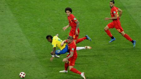 Paulinho dilanggar oleh Toby Alderweireld di laga perempatfinal Piala Dunia 2018 antara Brasil dan Belgia. - INDOSPORT