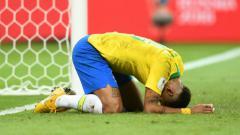 Indosport - Bintang Timnas Brasil, Neymar, tersungkur usai dikalahkan oleh Belgia di Piala Dunia 2018.
