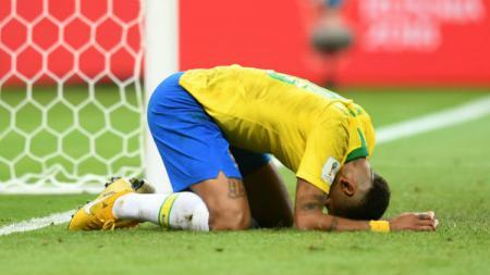 Bintang Timnas Brasil, Neymar, tersungkur usai dikalahkan oleh Belgia di Piala Dunia 2018. - INDOSPORT