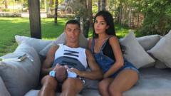 Indosport - Cristiano Ronaldo bersama sang kekasih, Georgina Rodriguez liburan di Yunani.