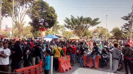 Antrean penonton berburu tiket Laga Indonesia U-19 VS Vietman U-19 sampai mendekati pintu masuk VVIP, Sabtu (7/7/18). - INDOSPORT