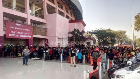 Antrean penonton berburu tiket untuk menyaksikan Timnas U-19 berlaga di Piala AFF U-18. - INDOSPORT