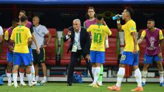 Indosport - Pelatih Brasil, Tite, memberikan instruksi kepada Neymar dkk dalam laga Piala Dunia 2018 melawan Belgia.