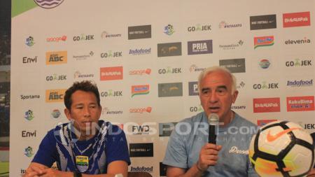 Pelatih Persib, Mario Gomez (kanan) didampingi pemainnya I Made Wirawan (kiri) saat konferensi pers di Graha Persib, Jalan Sulanjana, Kota Bandung, Sabtu (07/07/18). - INDOSPORT