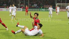 Indosport - Hanis Saghara berjibaku dengan Dang Van Toi.