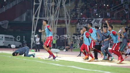 Para pemain pengganti Timnas Indonesia merayakan gol yang dicetak Rafli Mursalim di technical area. - INDOSPORT