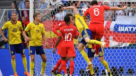 Sundulan Harry Maguire membuka keunggulan Inggris atas Swedia di Piala Dunia 2018. - INDOSPORT
