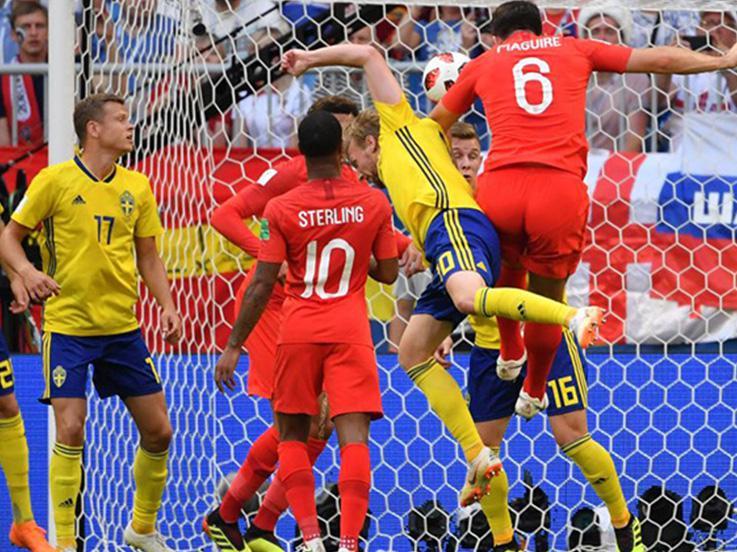 Sundulan Harry Maguire membuka keunggulan Inggris atas Swedia di Piala Dunia 2018. Copyright: INDOSPORT.com