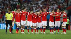 Indosport - Pemain Rusia menunggu giliran menendang penalti melawan Kroasia di Piala Dunia 2018.