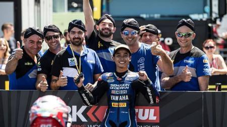 Pembalap Indonesia, Galang Pratama merayakan pole position dengan krunya yang memakai blangkon. - INDOSPORT