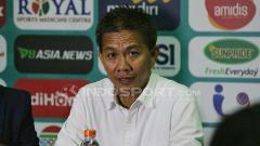 Indosport - Hoang Anh Tuan, pelatih Vietnam di Piala AFF U-18 2018 dalam jumpa pers.