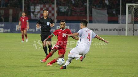 Todd Rivaldo Ferre duel dengan salah satu pemain Vietnam untuk mendapatkan bola. - INDOSPORT